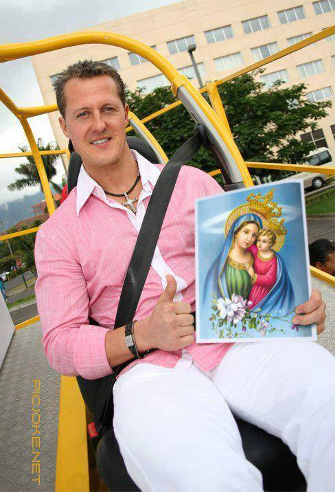 Ο Σουμάχερ κάνει το σήμα της νίκης φέροντας το γνωστό σταυρό του και κρατώντας εικόνα της Παναγίας